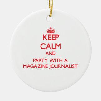 Guarde la calma y vaya de fiesta con un periodista adorno redondo de cerámica
