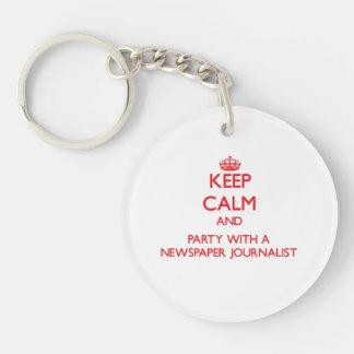 Guarde la calma y vaya de fiesta con un periodista llavero redondo acrílico a una cara