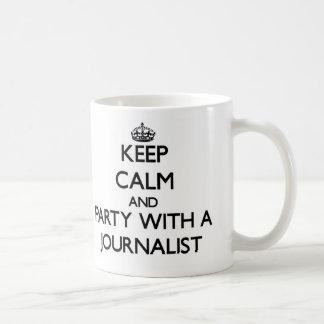 Guarde la calma y vaya de fiesta con un periodista taza básica blanca