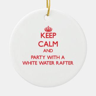 Guarde la calma y vaya de fiesta con un viga del adorno navideño redondo de cerámica
