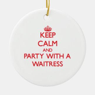 Guarde la calma y vaya de fiesta con una camarera adorno redondo de cerámica