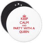 Guarde la calma y vaya de fiesta con una reina pin