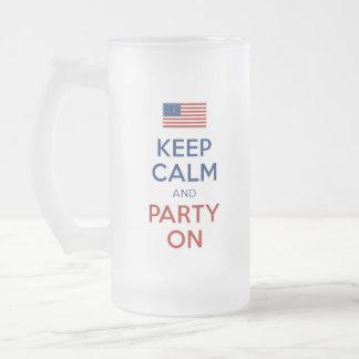 Guarde la calma y vaya de fiesta en bandera de los taza cristal mate
