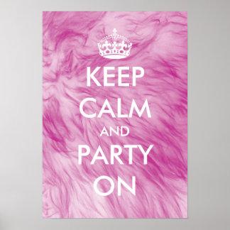 Guarde la calma y vaya de fiesta en fondo peludo póster