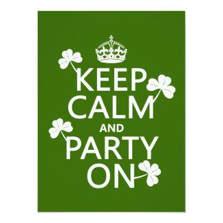 """Guarde la calma y vaya de fiesta en (irlandés) invitación 5.5"""" x 7.5"""""""