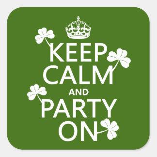 Guarde la calma y vaya de fiesta en (irlandés) pegatina cuadrada