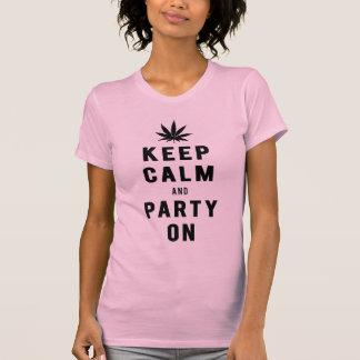 Guarde la calma y vaya de fiesta en los hilos fres camiseta