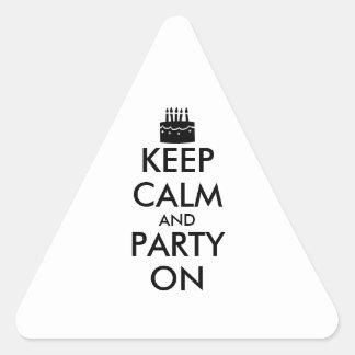 Guarde la calma y vaya de fiesta en personalizable pegatina triangular