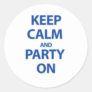 Guarde la calma y vaya de fiesta encendido pegatina redonda