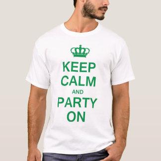 Guarde la calma y vaya de fiesta encendido playera
