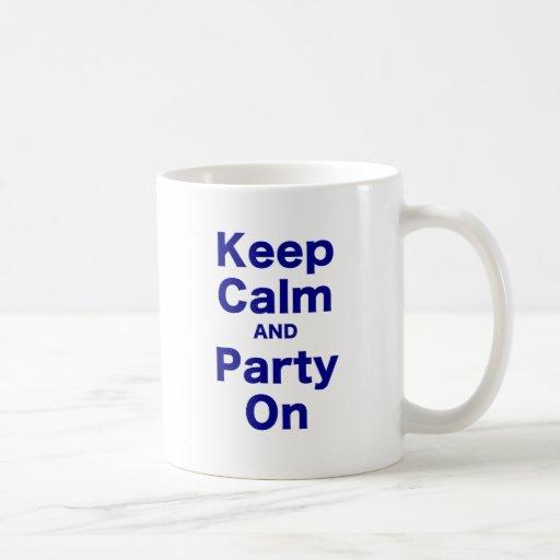 Guarde la calma y vaya de fiesta encendido taza de café