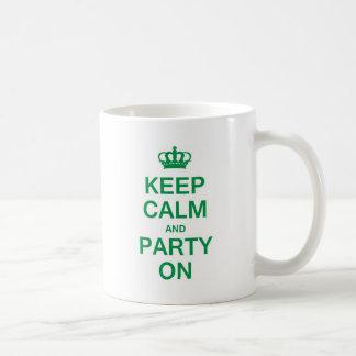 Guarde la calma y vaya de fiesta encendido tazas de café