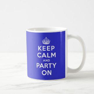 Guarde la calma y vaya de fiesta encendido taza básica blanca