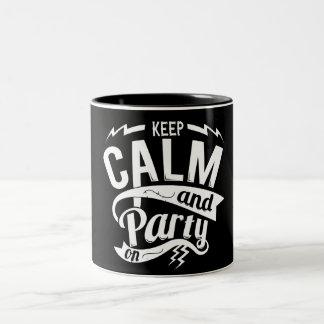 ¡Guarde la calma y vaya de fiesta encendido! Taza Dos Tonos