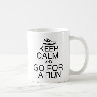 Guarde la calma y vaya para un funcionamiento taza de café