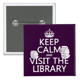 Guarde la calma y visite la biblioteca - en cualqu pin cuadrada 5 cm