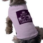 Guarde la calma y visite la biblioteca - en cualqu ropa de perro