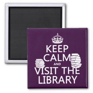 Guarde la calma y visite la biblioteca - en imán cuadrado