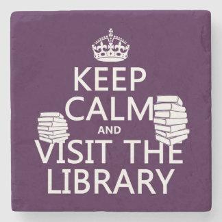 Guarde la calma y visite la biblioteca - en posavasos de piedra