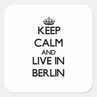 Guarde la calma y viva en Berlín Pegatina Cuadrada
