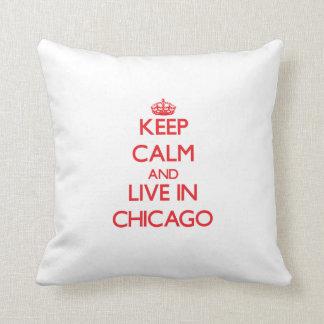 Guarde la calma y viva en Chicago Cojin