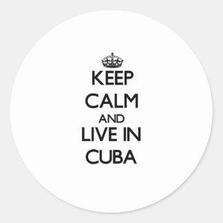 Guarde la calma y viva en Cuba Pegatina Redonda