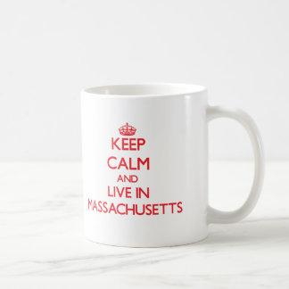 Guarde la calma y viva en Massachusetts Taza Básica Blanca