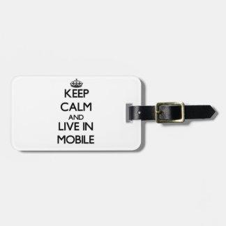 Guarde la calma y viva en móvil etiqueta de maleta