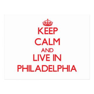 Guarde la calma y viva en Philadelphia Tarjeta Postal