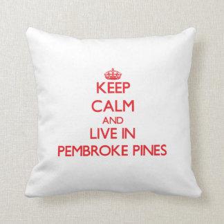 Guarde la calma y viva en pinos del Pembroke Cojín