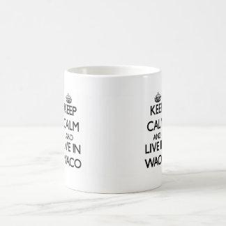 Guarde la calma y viva en Waco Taza Básica Blanca
