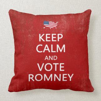 Guarde la calma y vote Romney Cojines