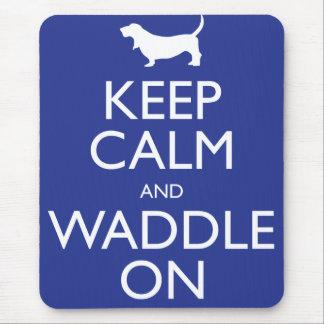 Guarde la calma y Waddle encendido Alfombrillas De Ratones