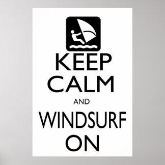 Guarde la calma y Windsurf encendido Póster