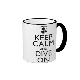 Guarde la calma y zambúllase encendido taza de café