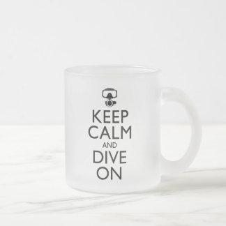Guarde la calma y zambúllase encendido taza de cristal