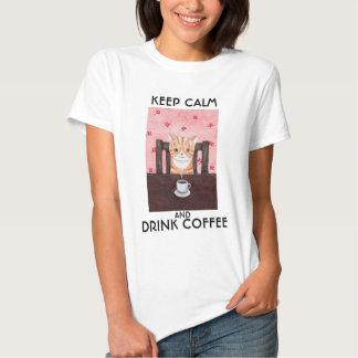 Guarde la camiseta divertida del gato de la bebida remeras