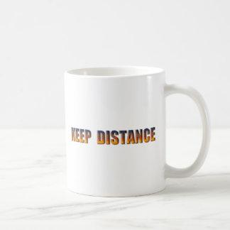 Guarde la distancia taza clásica