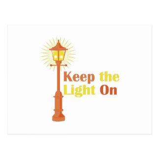 Guarde la luz encendido tarjeta postal