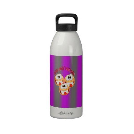Guarde la sonrisa así como pendiente botellas de agua reutilizables