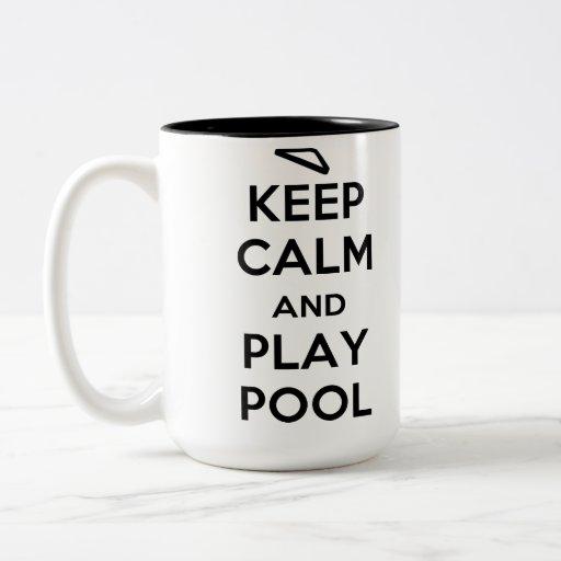 Guarde la taza de café de la piscina de la calma y