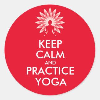 Guarde la yoga de la calma y de la práctica pegatina redonda