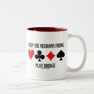 Guarde las neuronas el encender del puente del jue tazas de café