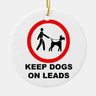 Guarde los perros en un avance adorno navideño redondo de cerámica