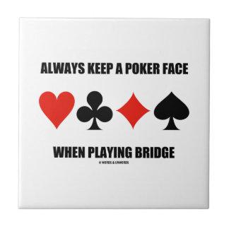 Guarde siempre una cara de póker al jugar el puent azulejo