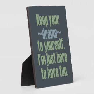 Guarde su drama a sí mismo. Estoy aquí divertirse Placas