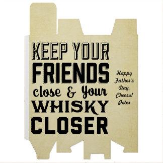 Guarde sus cajas de regalo cercanas del whisky de  cajas para botellas de vino