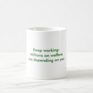 Guarde trabajar-Millones en bienestar están Taza Clásica