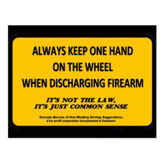 Guarde una mano en la rueda al encender su arma tarjetas postales