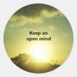Guarde una mente abierta pegatinas redondas